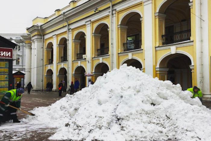 Дворники и водитель снегоуборочной машины — о заваленном снегом Петербурге, агрессивных горожанах исобственных усилиях