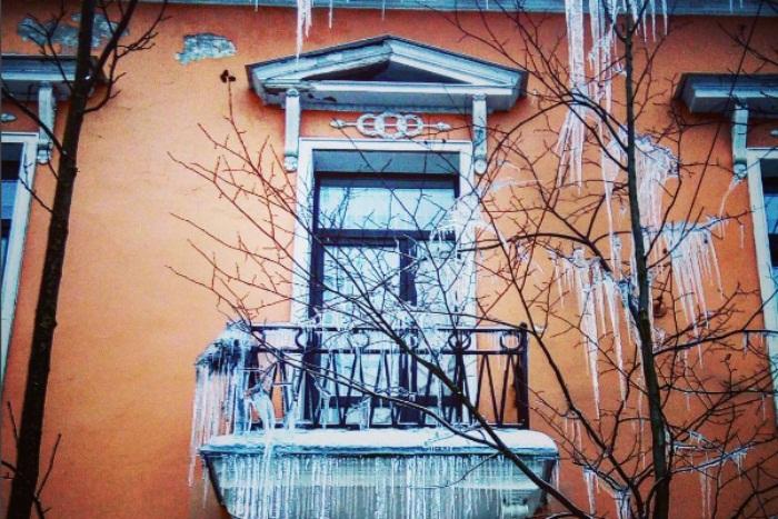 «Сосулечная в Питере»: 12 фотографий с гигантскими сосульками на балконах и крышах
