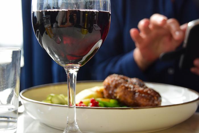 Как в ресторане подобрать вино кблюду? Ложные стереотипы, выигрышные сочетания и лайфхаки от сомелье