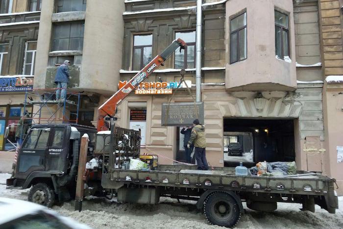 На Петроградской стороне установили памятную доску адмиралу Колчаку, горожане протестуют