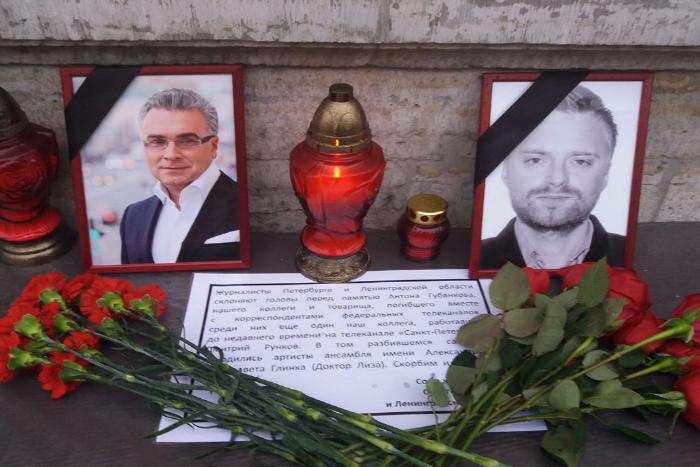 К Дому журналиста приносят цветы в память о погибших в авиакатастрофе