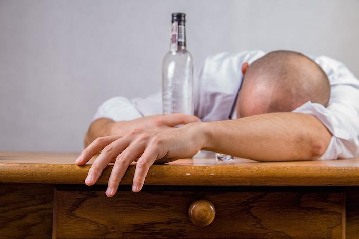 «Лишь бы не тряслись руки инеболела голова»: три анонимных алкоголика — освоей зависимости