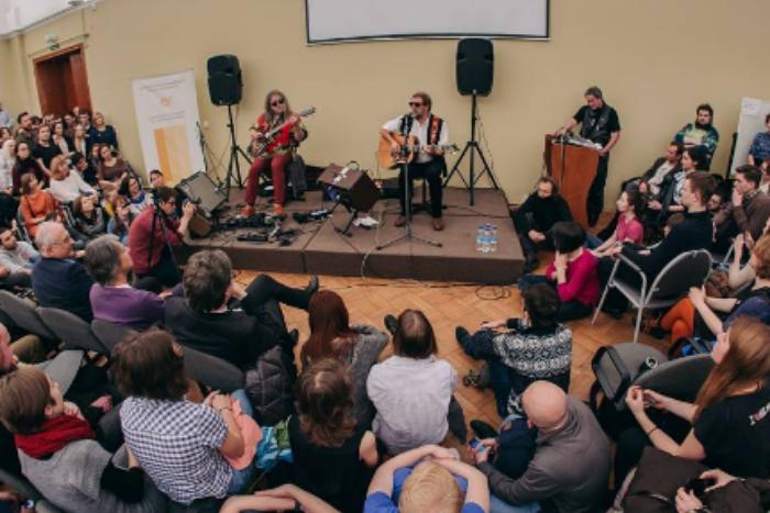 «Университетский квартирник»: десять фото и видео с концерта Гребенщикова в ЕУ