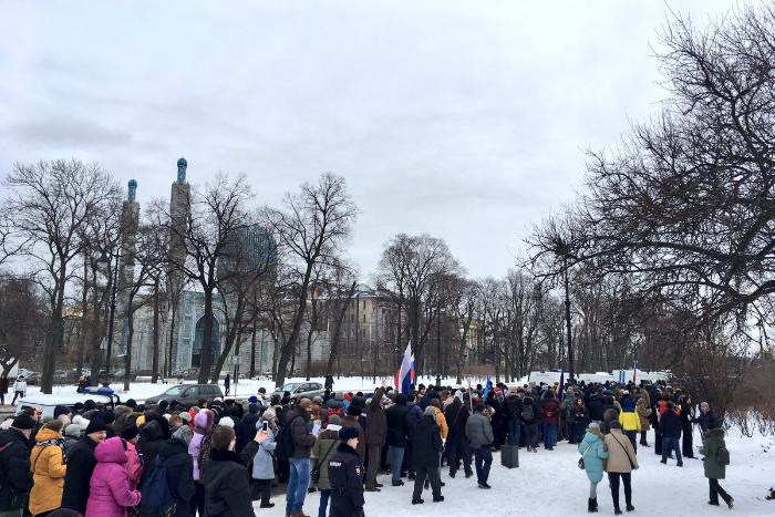 В Москве и Петербурге начались марши памяти Бориса Немцова. Главу колонны облили зеленкой с криками «Россия с Путиным»