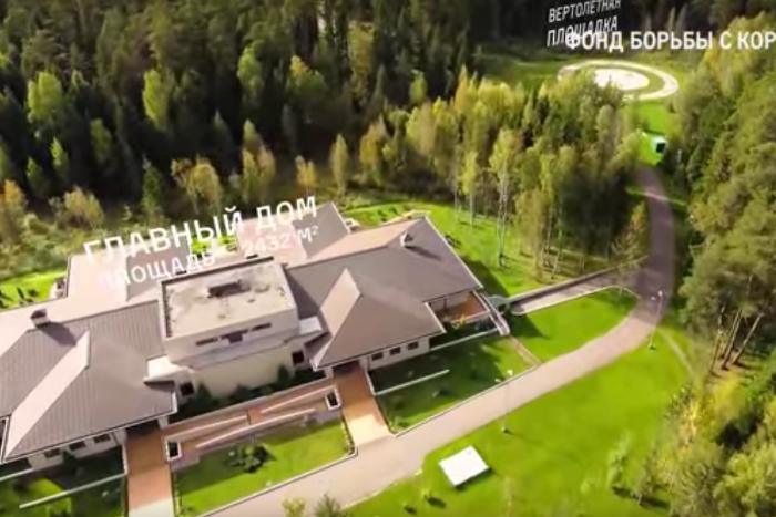 ФБК нашел у Медведева тайные особняки, виллы, яхты и виноградники
