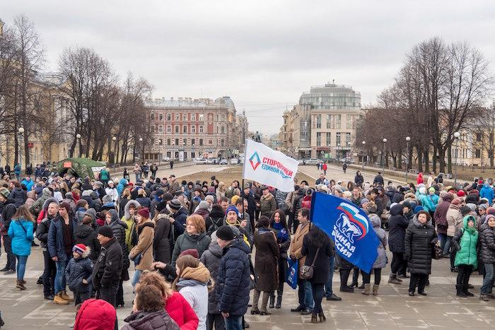 На Пионерской площади отпраздновали годовщину присоединения Крыма