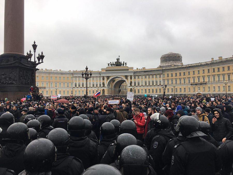 Как антикоррупционный митинг перерос в массовый протест на Марсовом, Дворцовой и Невском. Хроника событий