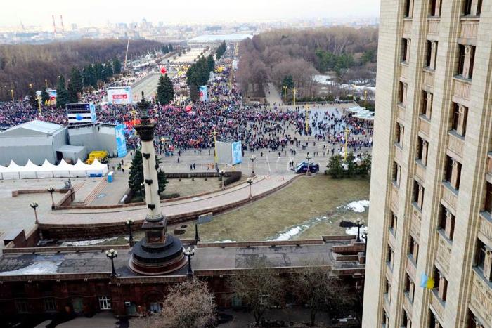 «Медиазона» рассказала о студенте МГУ, которого побили сотрудники ФСБ. Он вывесил флаг Украины во время праздника в честь присоединения Крыма