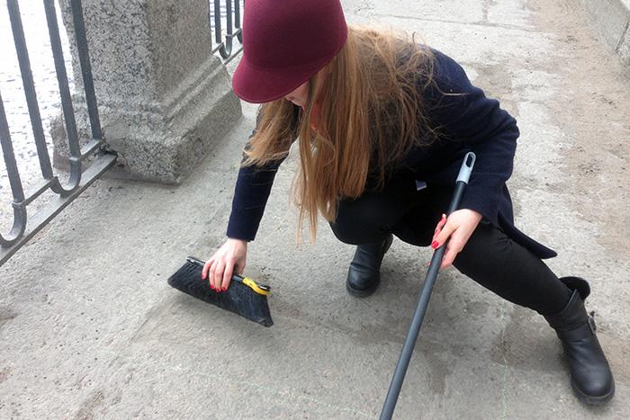 Почему весной в Петербурге так пыльно? «Бумага» подметает Фонтанку