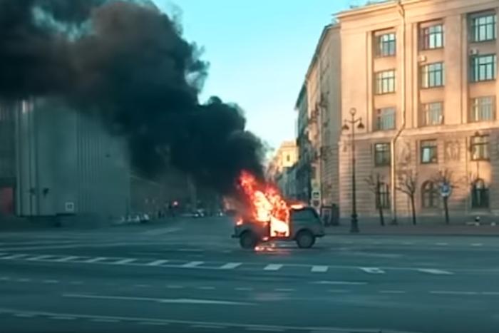 В Петербурге завели дело о сожженной у Смольного «Ниве». Под подозрение попали протестующие дальнобойщики