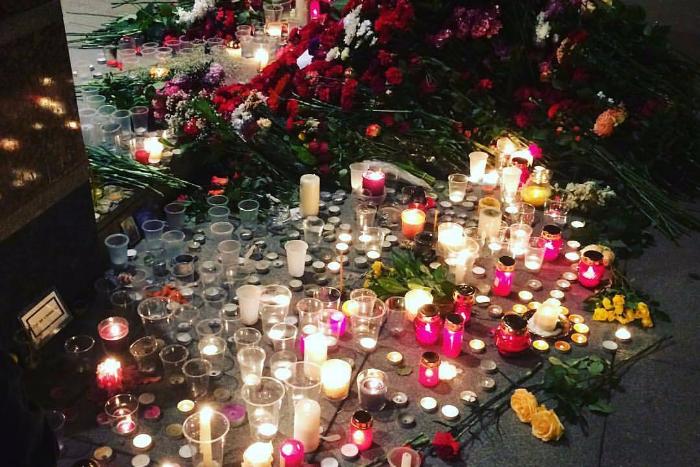 Петербуржцы продолжают нести к метро цветы и свечи