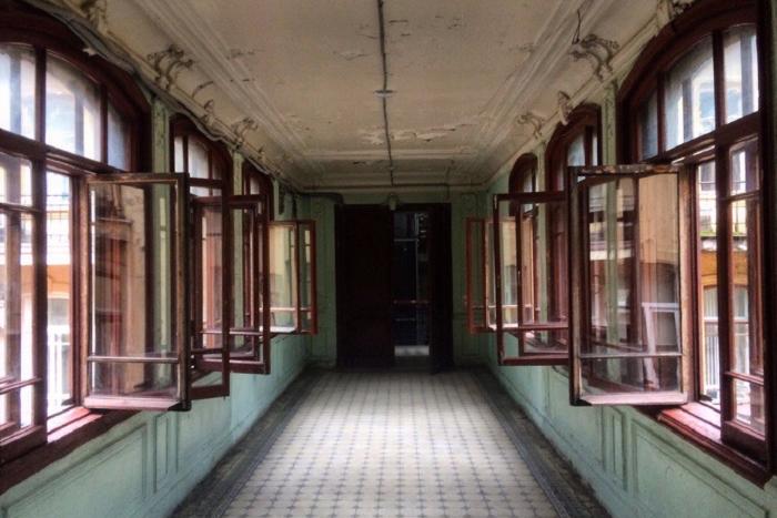 Как жильцы дома Бака отмывают мраморные лестницы и витражи, выпускают собственные сувениры иищут двери здания на «Авито»