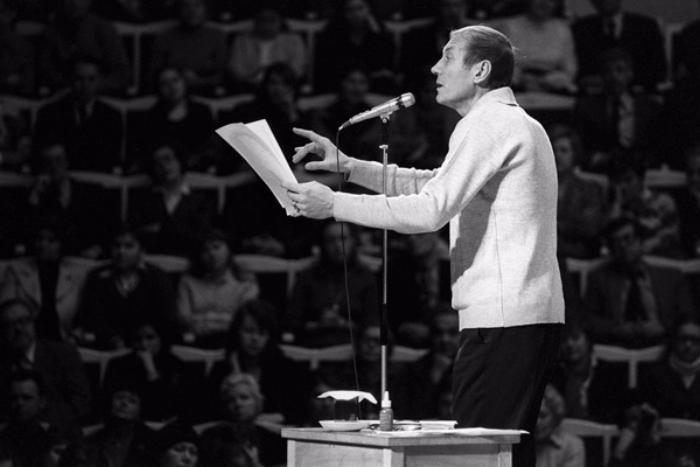 «Чуть-чуть мой крестик»: пять коротких стихотворений Евгения Евтушенко