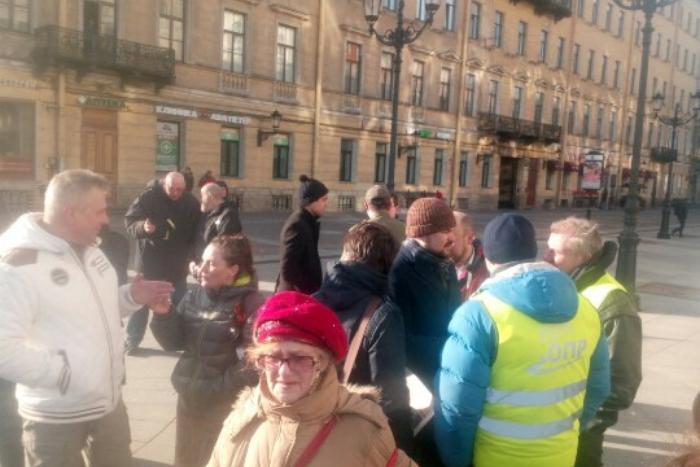 На Невском прошла акция солидарности с бастующими дальнобойщиками. Есть задержанные