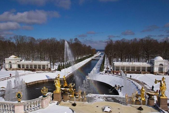 Фонтаны, водные трамвайчики и сап-серферы: 20 апрельских фотографий морозного Петербурга