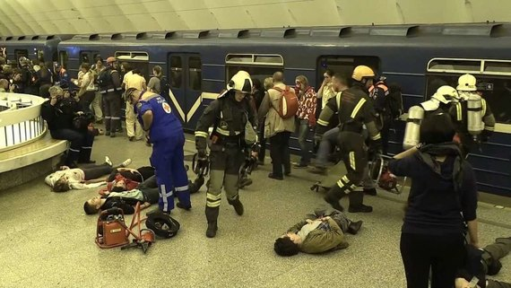 Новое видео первых минут после взрыва вметро Петербурга