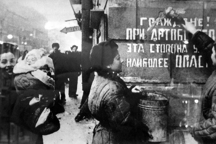 «Люди ходили собирать горько-сладкую землю срасплавленным сахаром»: шесть историй ленинградцев, переживших блокаду