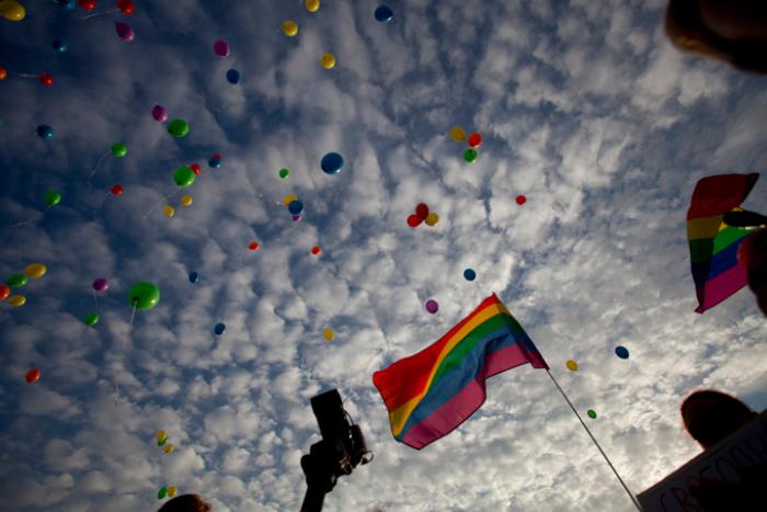 «Изгоняю тебя, дух гомофобии»: фото с «Радужного флешмоба» на Марсовом поле