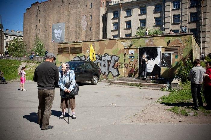 НаПетроградской стороне люди вспецодежде закрасили портрет Виктора Цоя