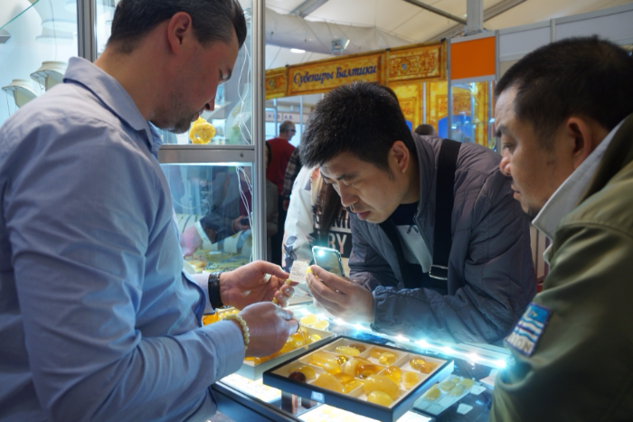 В Петербурге работают сувенирные магазины, в которые пускают только туристов из Китая. Как они устроены и законно ли это