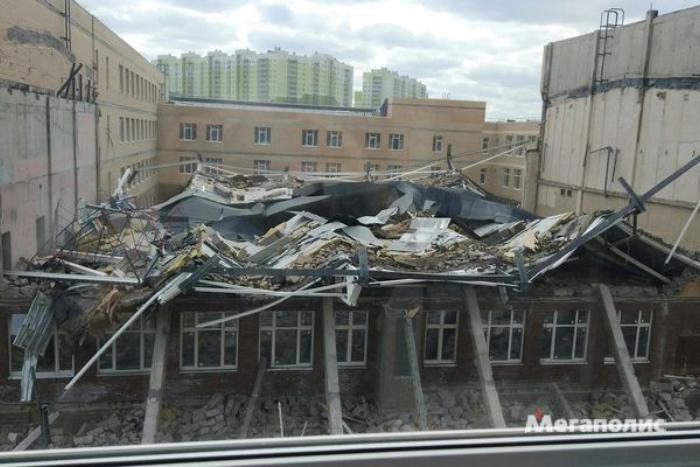 Из-под завалов обрушившейся под Петербургом школы достали тело погибшего