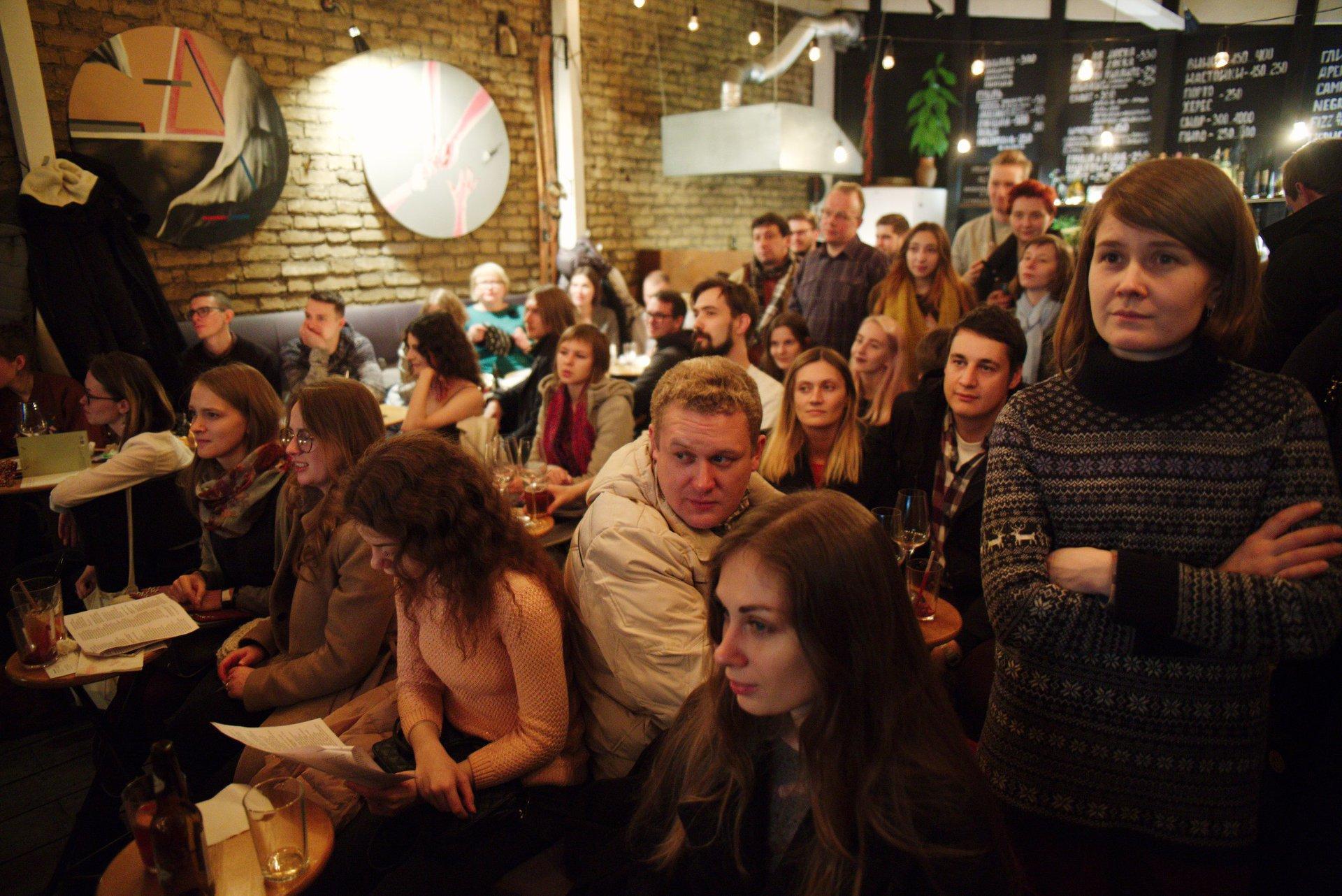 Исследователи и профессора Европейского университета читают еженедельные лекции в петербургском баре