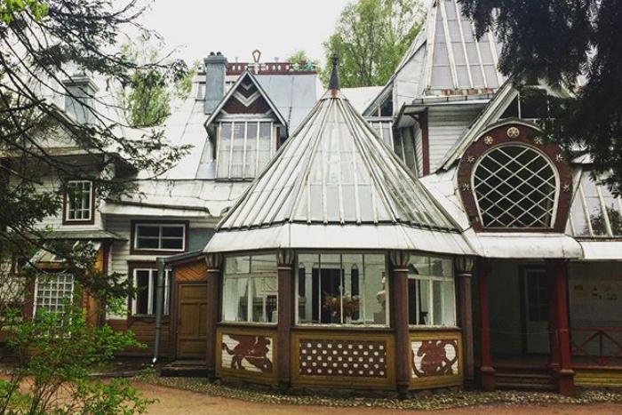 От усадьбы Набокова до избы няни Пушкина: десять загородных домов Ленобласти, которые можно посетить ввыходные
