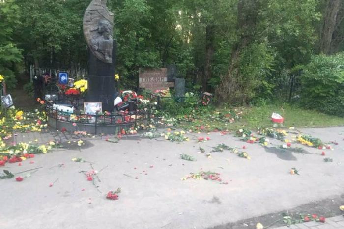 Москвичка опубликовала фото, подтверждающие погром на могиле Цоя. Она рассказала, что там прибрались ее друзья