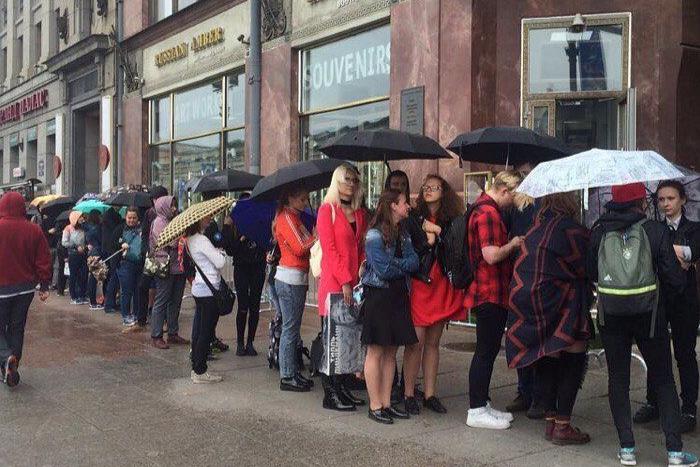 Петербуржцы 7 часов стояли у книжного для встречи с Тиллем Линдеманном. Фото 150-метровой очереди к солисту Rammstein