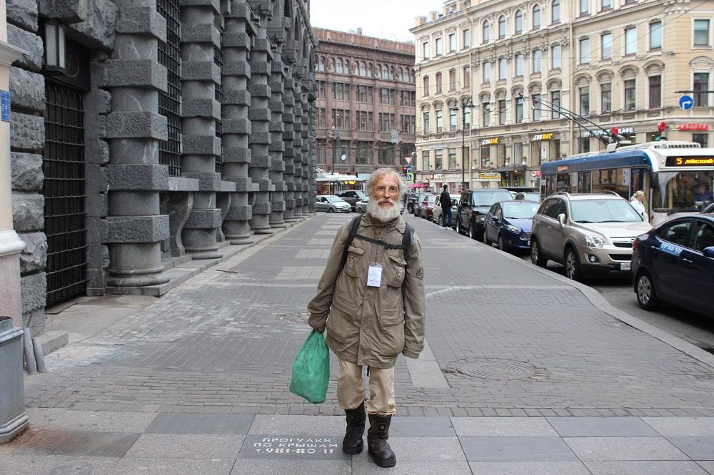 «Бомжей в городе не сосчитать. А ко мне всенародная любовь»: как живет петербургский бездомный, который водит экскурсии поНевскому