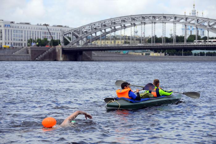 Как петербуржец проплыл всю Неву за 13 часов и почему полиция задержала его на финише 🐳🐳🐳
