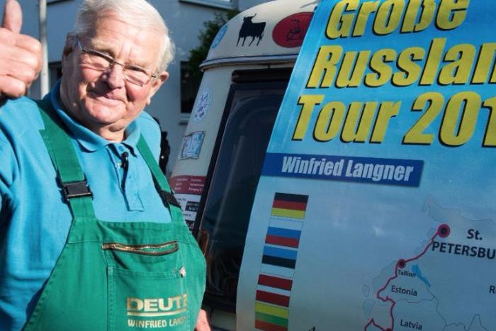 Пенсионер отправился из Германии в Петербург на 56-летнем тракторе. Завтра он приедет в Таврический сад