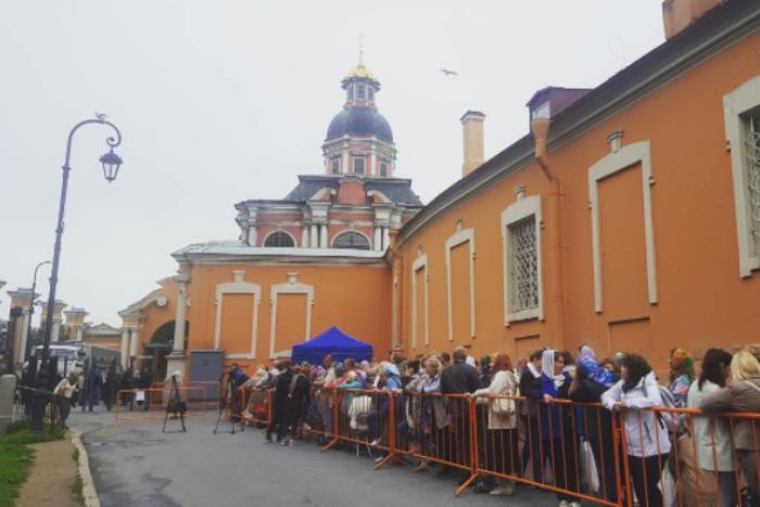 В Петербург привезли мощи Николая Чудотворца. У храма уже собралась очередь