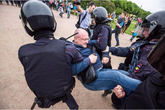 Депутату Закса Максиму Резнику дали 10 суток ареста за участие в акции 12 июня. Суд решил, что он оказал сопротивление при задержании