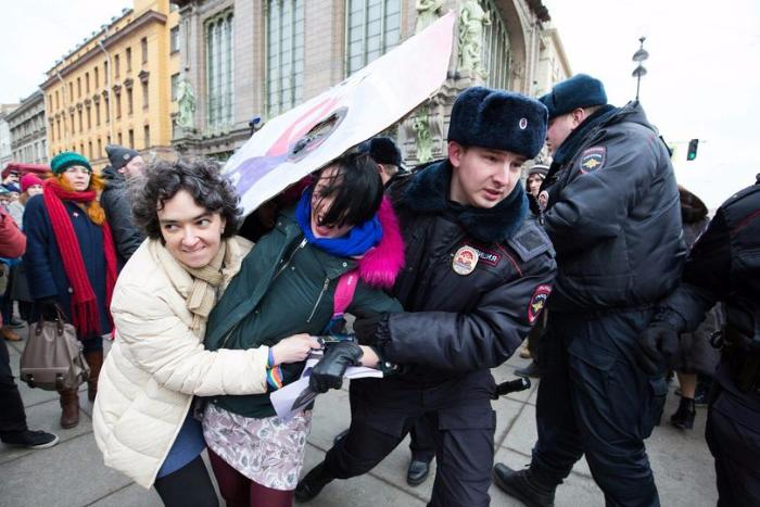 Что известно о 78-м отделе полиции, где «душили» фотографа Френкеля ина нарушения в котором весь год жалуются задержанные