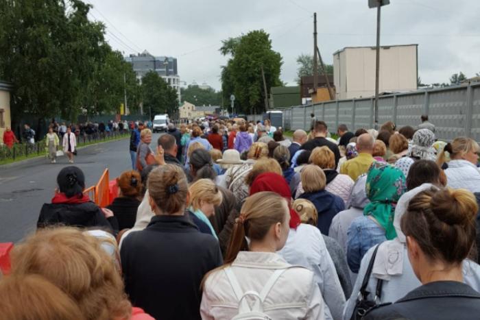 Сколько людей пришли поклониться мощам Николая Чудотворца и как долго они стояли в очереди — в одном графике
