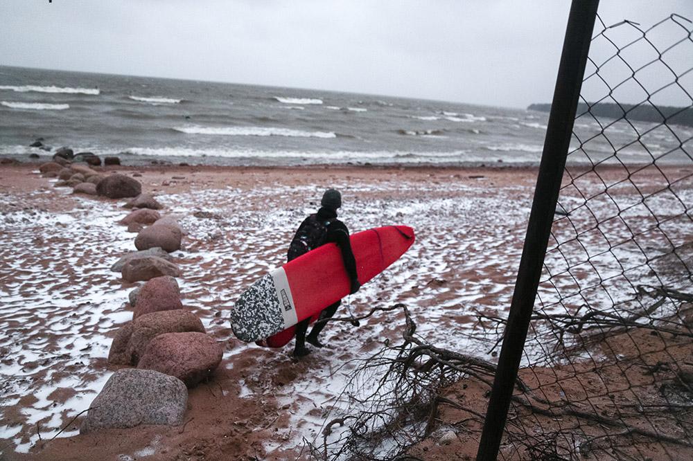 Как и зачем сотни людей серфят в Петербурге. Во льду, под дождем и градом