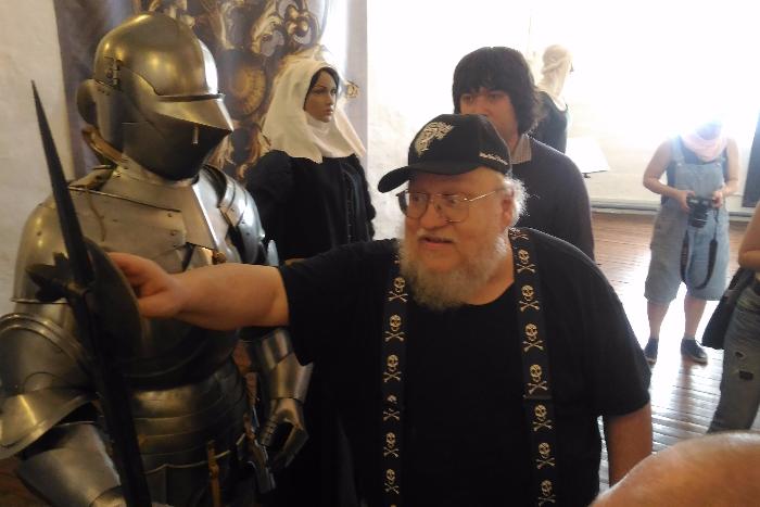 Автор цикла «Песнь льда и пламени» Джордж Мартин прямо сейчас гуляет по Выборгскому замку и трогает рыцарские доспехи 💀💀💀