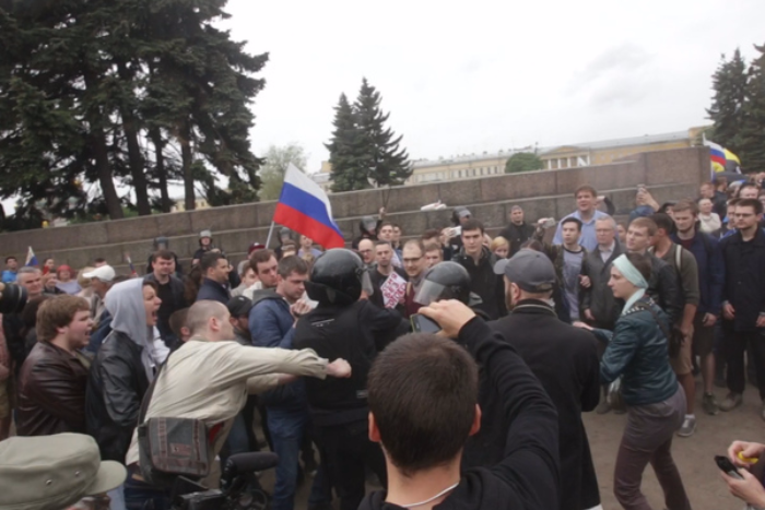 Мужчине, ударившему омоновца во время акции 12 июня, назначили штраф в 100 тысяч рублей
