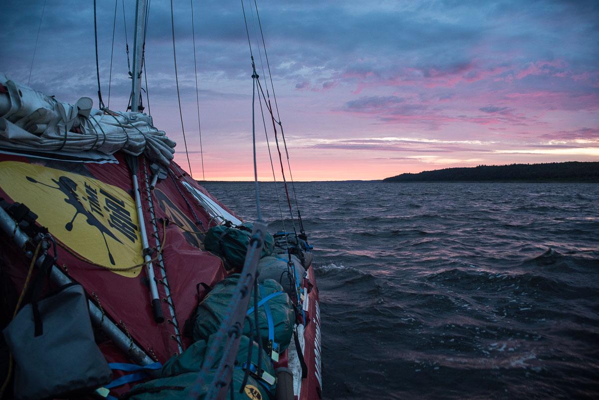 Проплыть под парусом четыре северных моря, попасть в шторм и встретить моржей: как петербуржцы больше двух месяцев путешествовали на катамаране по северу России