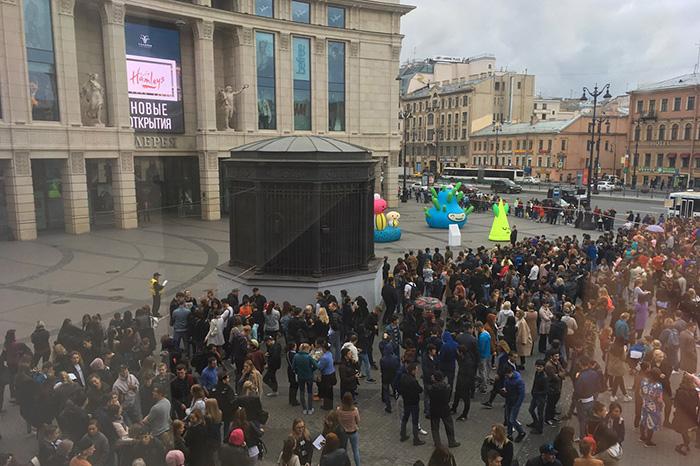 В Петербурге массово эвакуировали более 20 торговых центров, жилых домов иадминистраций районов. Что об этом известно