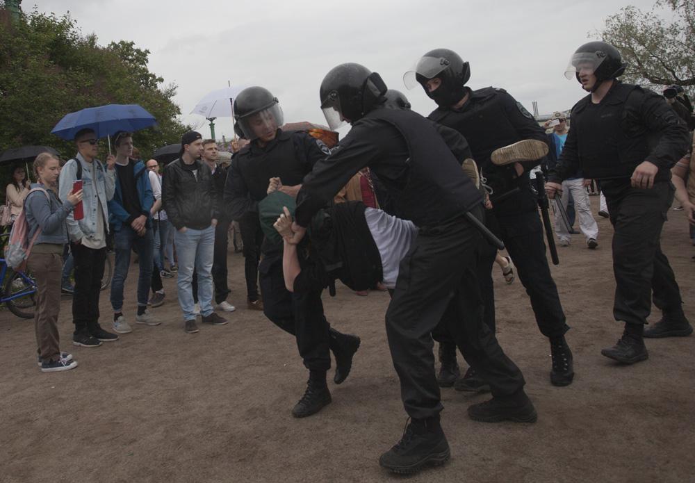 Петербургский полицейский дал показания против школьника, который упал на него во время акции 12 июня