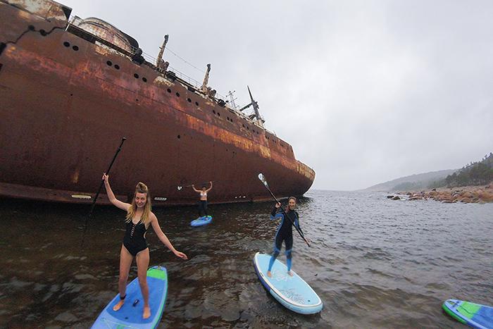 Кататься на сап-серфах вдоль острова затонувших кораблей Гогланд игулять по заброшенному вФинском заливе кругосветному судну