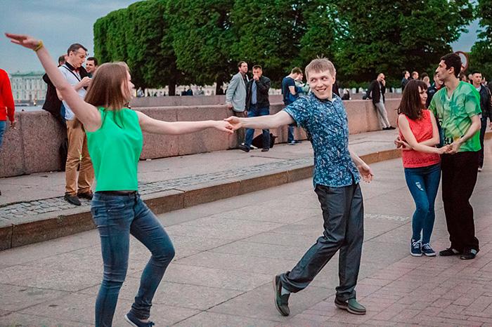 Петербуржец, танцующий сальсу наСтрелке, объяснитесь: зачем вы делаете это в центре города, на вас же все смотрят!💃