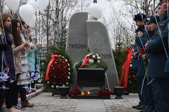 Открытие памятника жертвам авиакатастрофы над Синаем. Три фото с Серафимовского кладбища