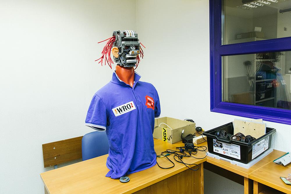 Это петербургский робот Сэлдон: он играет на гитаре и знает бюджет Ленобласти. Кто его создал и почему он так вызывающе выглядит 🤖
