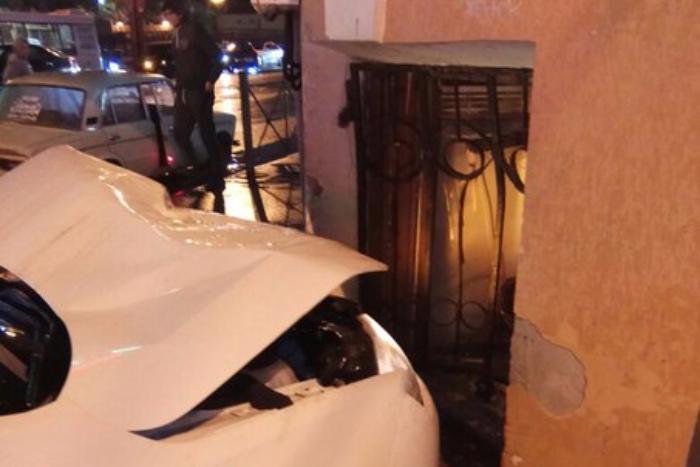 На Петроградской такси влетело в окно ресторана