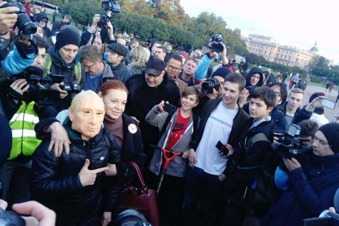 На Марсовом поле сторонники Навального провели протестную акцию и устроили шествие в центре Петербурга. Хроника событий