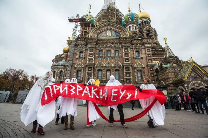 Студенты ЕУ прошли по центру Петербурга в костюмах призраков. Три фотографии с акции вподдержку вуза