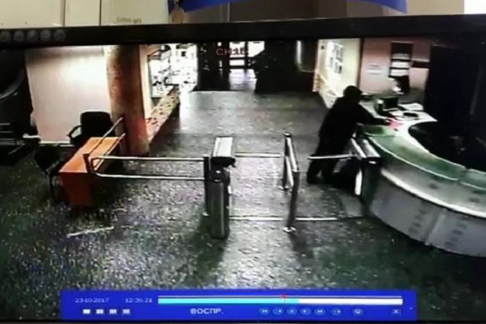 «Эхо Москвы» опубликовало видео проникновения в редакцию мужчины, напавшего на Фельгенгауэр